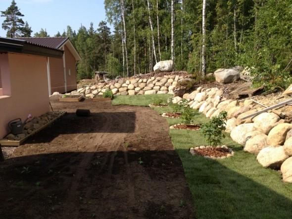 Ensimmäiset kaistaleet nurmea asennettuna